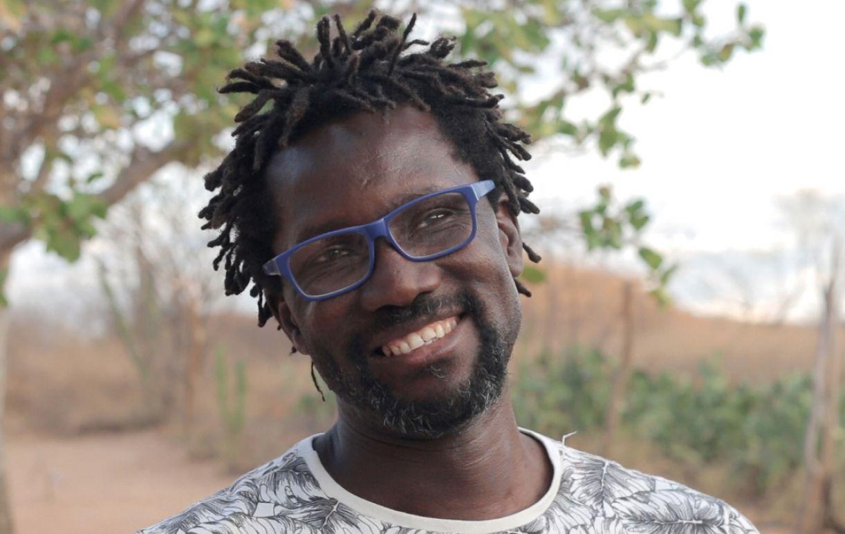 """""""O QUE NOS DIVIDE É POUCO EM RELAÇÃO AO QUE NOS UNE"""" – Entrevista com François Moise Bamba, por Toni Edson"""